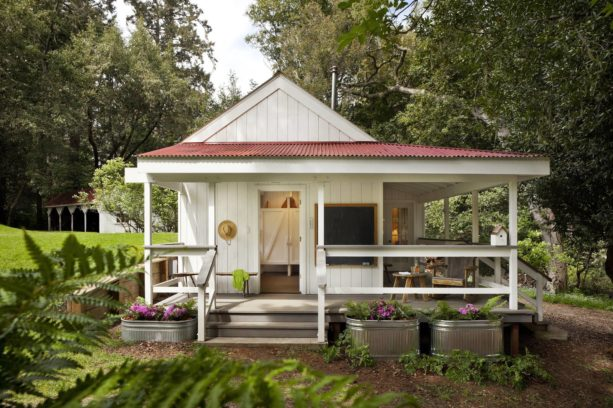 benjamin moore linen white exterior paint color for a one story cabin