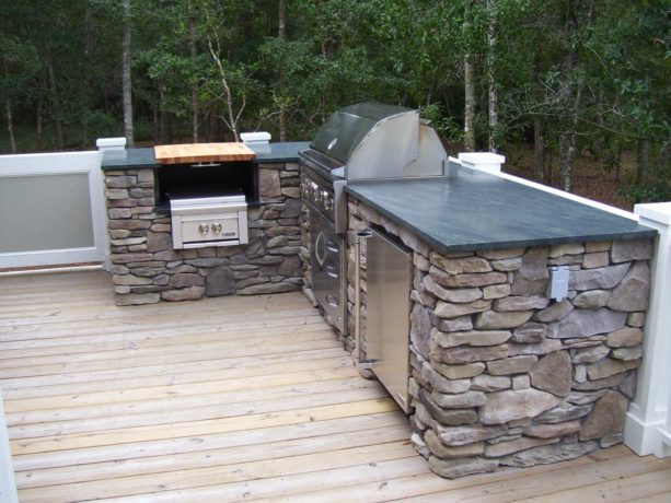 contemporary l-shaped outdoor kitchen made out of stacked of stone